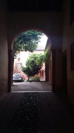 Antica Corte Hotel Residence di Charme : Ingresso e parcheggio interno