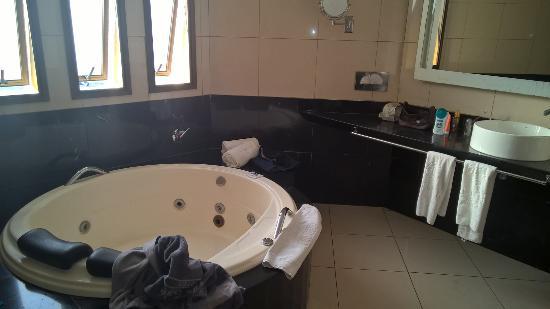 Banheira de hidromassagem dentro do banheiro tinha chuveiro separado com box  -> Banheiro Pequeno Com Banheira E Chuveiro Separado