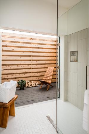 Vashon, Ουάσιγκτον: Walk-In Shower with Double Doors to Private Patio