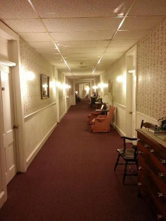 Cambridge Springs, เพนซิลเวเนีย: A hallway inside the hotel....puts me in mind of something from the Titanic