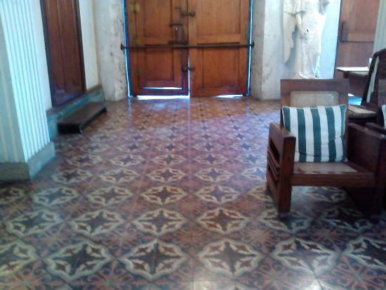 Balay ni Tana Dicang: Entryway with moroccan tiles
