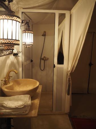 Palais des dunes: ラグジュアリーテント内の洗面所とシャワー