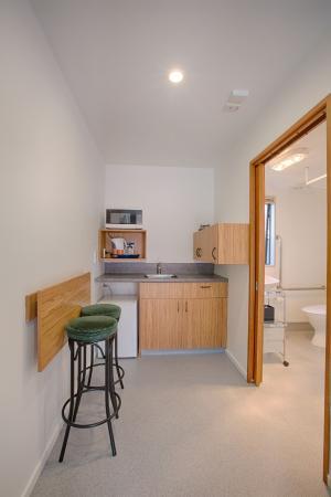 Bella Vista Motel & Apartments: Access studio kitchen and bathroom