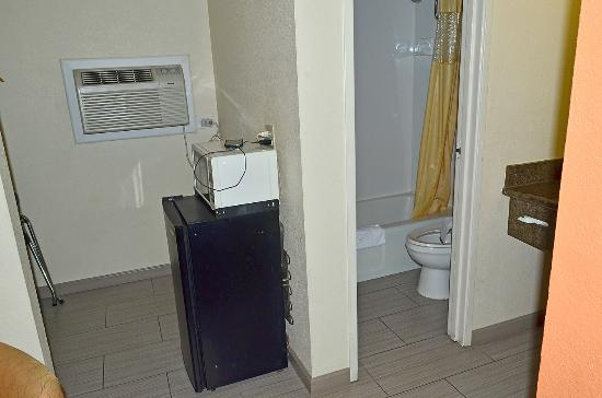 Days Inn San Diego-East/El Cajon : Mini Fridge, microwave, rest room area