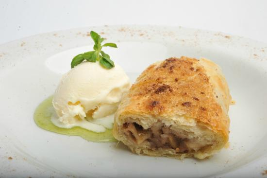 Barlovento Restaurant: Apple strudel