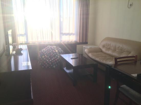 Beijing Yanshan Hotel: 아파트먼트 빌딩 8층에 있던 코너방 거실전경입니다.
