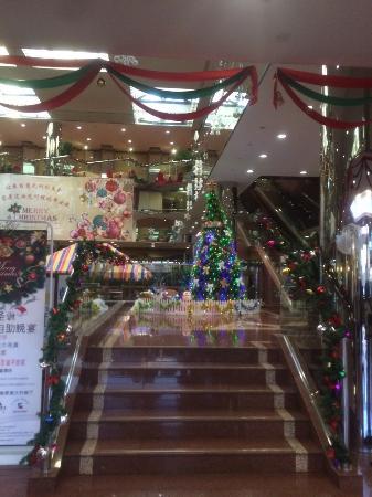 Beijing Yanshan Hotel: 12월이라 알록달록한 크리스마스 장식을 해놓았네요 ^^