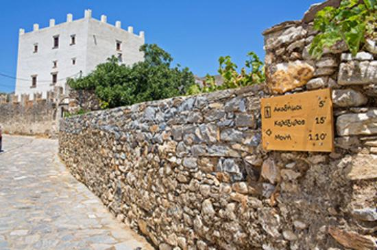 Chalkio, Grecia: Bastions of the 17th century Barozzi-Gratsia, a three-level monument.