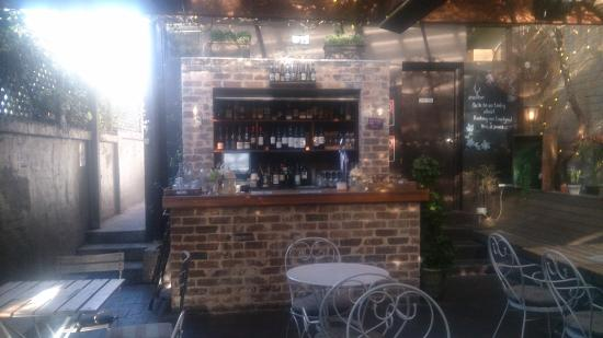 Crows Nest, Australia: The bar in the beer garden