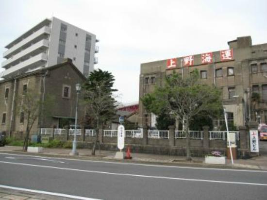 Ueno Building: 右手のビル