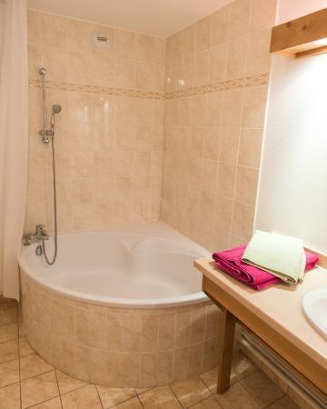 Salle de bain avec grande baignoire d\'angle - Photo de Résidence Le ...