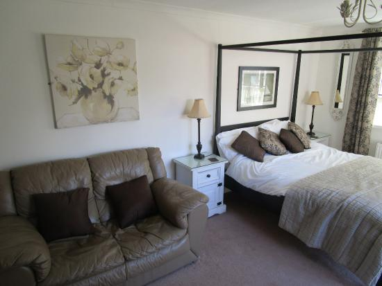 Applecroft Bed & Breakfast: view of living/bed area