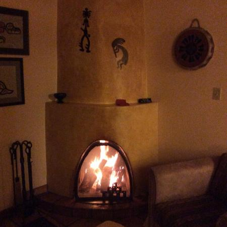 El Farolito B&B Inn: Great fireplace