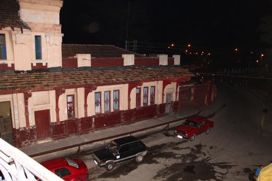 Islazul Hotel Plaza: Vista sulla stazione ferroviaria