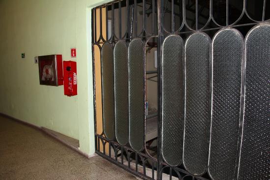 Islazul Hotel Plaza: Manca un vetro? Ci penserà il manutentore entro il 2020?