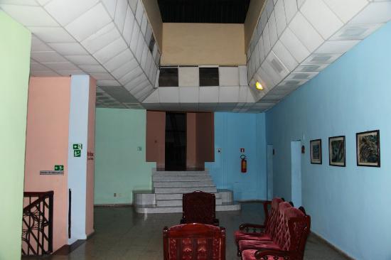 Islazul Hotel Plaza: Un locale di disimpegno. I buchi neri sono solo pannelli mancanti...