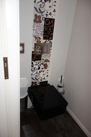 Hotel Am Dom: La sala WC separata, con notevole tocco artistico