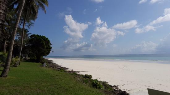 Four Twenty South Beach Cottages: Side beach view