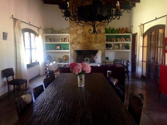 Casa Los Jazmines: Area social: Living - comedor. Excelente selección de libros para disfrutar durante la estadia