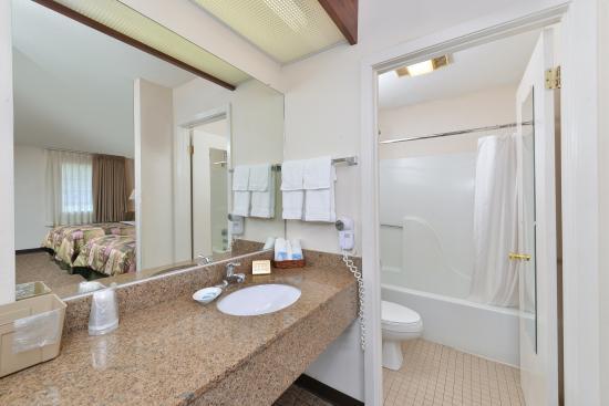 Huntingdon, TN: Bathroom