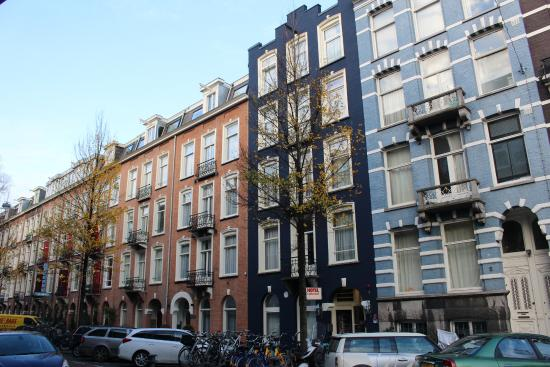 Hotel d'Amsterdam: Vista del hotel desde la calle (edificio azul oscuro)