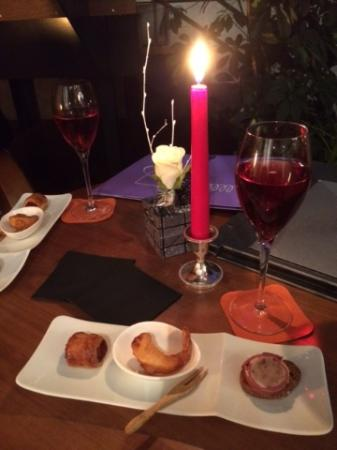 Cuves, Frankrike: Kir Royale and snacks