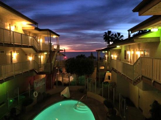 BEST WESTERN PLUS Beach View Lodge: Sunset from the hotel.
