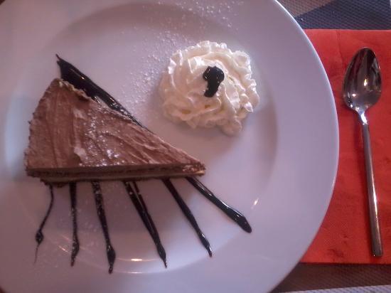 Ristorante La Trattoria: Tarta de queso con una capa de mus de chocolate.