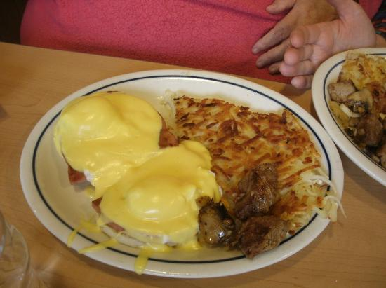 Springfield, Oregón: Eggs Benedict (with shared taste of tri tips)