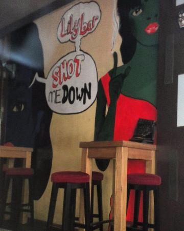 Bizu Hotel District 1: Lily bar (слева от отеля в 5 метрах)
