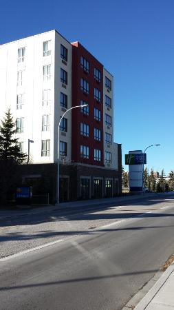 Holiday Inn Calgary - Macleod Trail South: Zijkant hotel