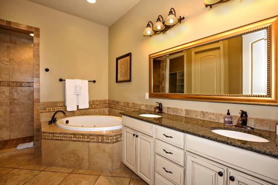 Coral Springs Resort: 2 Bedroom suite bathroom