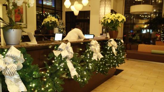 Arreglos Navidenos En El Hotel Picture Of Hilton Garden Inn New - Arreglos-navideos