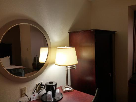 Comfort Inn & Suites Airport Dulles-Gateway: Armoire and desk