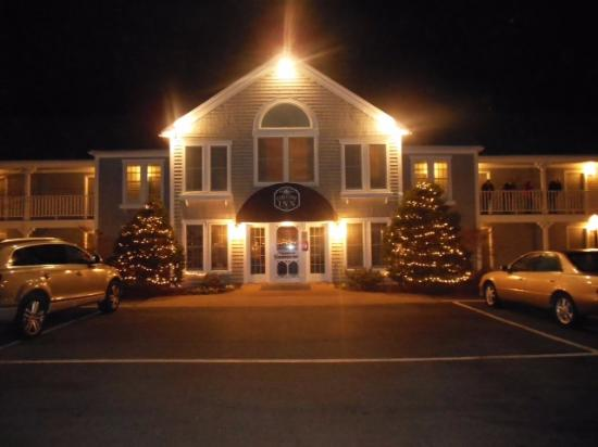 Cod Cove Inn: night view