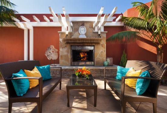 Laguna Cliffs Marriott Resort and Spa: Spa Outdoor Patio with Fireplace
