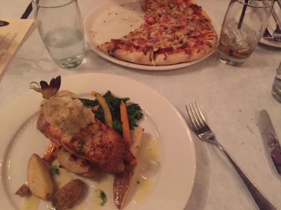 East Rochester, NY: Salmon special and the con carne pizza