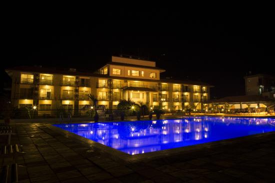 Waterfront Resort Hotel: Waterfront at night