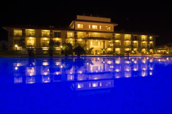 Waterfront Resort Hotel: Waterfront by Night