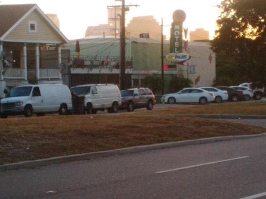 The Crescent Palms Motel: Pic of hotel from outside across the street