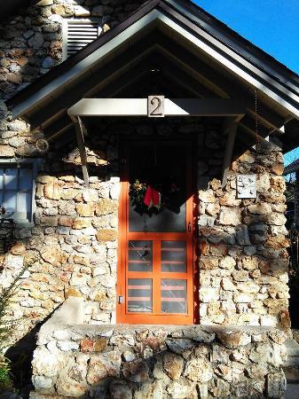Rock Cottage Gardens B&B Inn: front of cabin