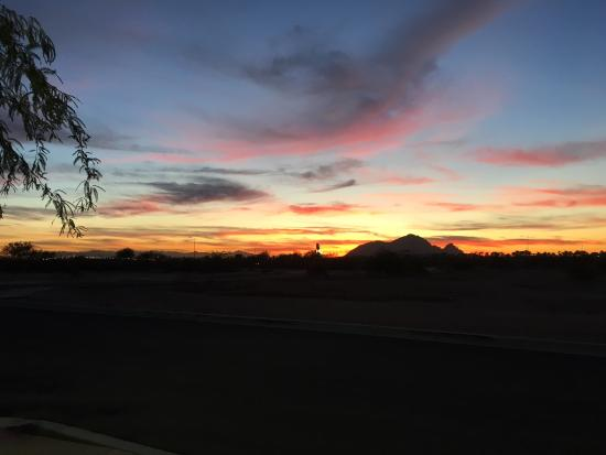 Hampton Inn & Suites Scottsdale/Riverwalk : Sunset over Sonora