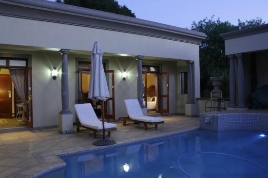 Villa Lugano Guesthouse : Swimming pool at dusk