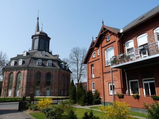 Rellingen, Allemagne : Rellinger Kirche mit ehemaliger Schule