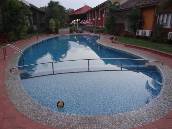 Anjuna, Indien: бассейн