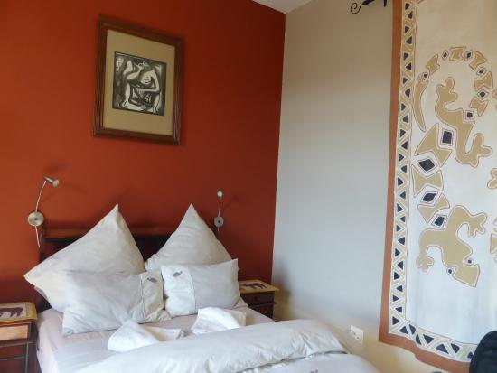 Chameleon Backpackers Hostel: comfy bed in lovely room - with ensuite!