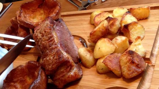 Tideswell, UK: Sirloin beef joint - Sunday roast