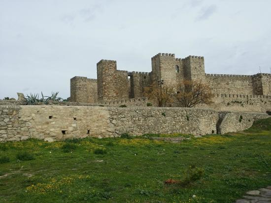 Escaleras sin protección y muros muy bajos - Picture of Castillo de Trujillo ...