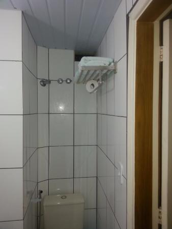 Apa Hotel: Cubículo onde fica o vaso sanitário