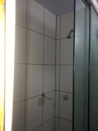 Apa Hotel: Box de banho minúsculo